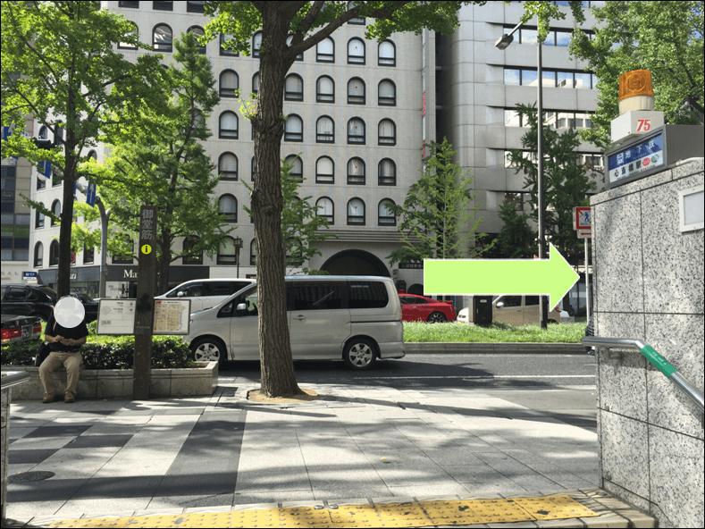 心斎橋駅1番出入口を右折